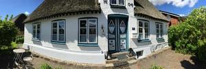 Die Reetkate Oldersbek, das historische Reetdachhaus an der Nordsee im Land zwischen den Meeren.